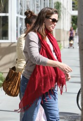 Дженнифер Гарнэр, фото 8446. Jennifer Garner takes her daughters to a public library, Santa Monica, february 23, foto 8446